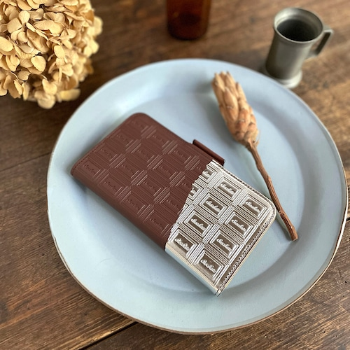 LLサイズ:革のチョコ手帳型スマホケース スイート(銀の包み紙)