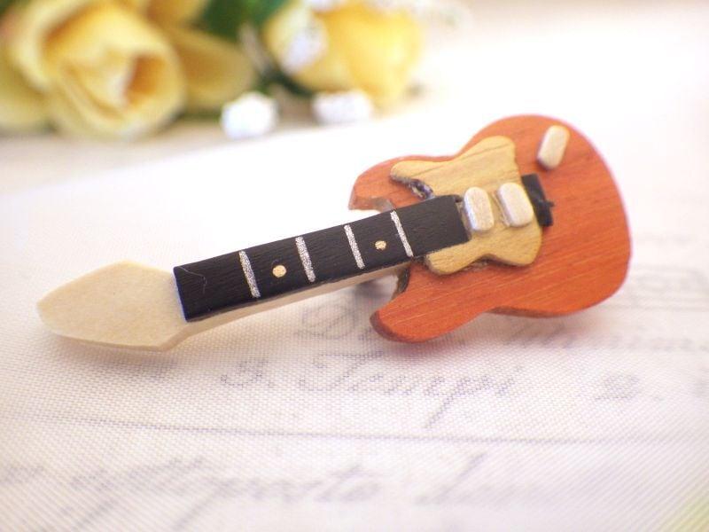 エレキギターの木製ブローチ