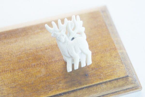 鹿骨彫刻のタックピン「light」森の鹿