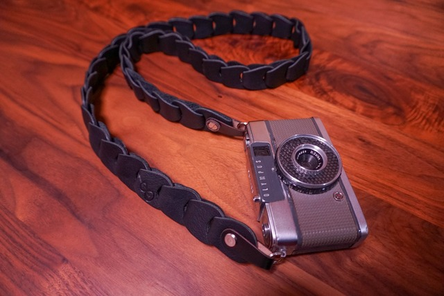 folklole mini / Black -栃木レザーVer.-【ウロコのようなカメラストラップ】