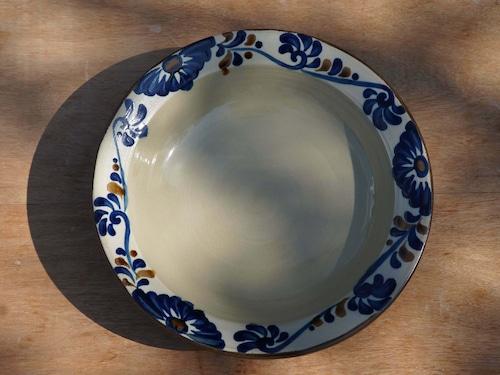 コバルトが鮮やかな唐草のリム深皿8寸 【ヤチムン大城工房】