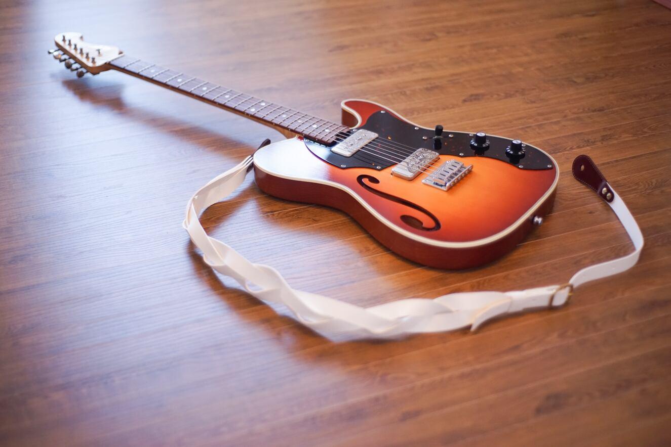 Triad -premium- / White【程よい主張の三つ編みギターストラップ 】