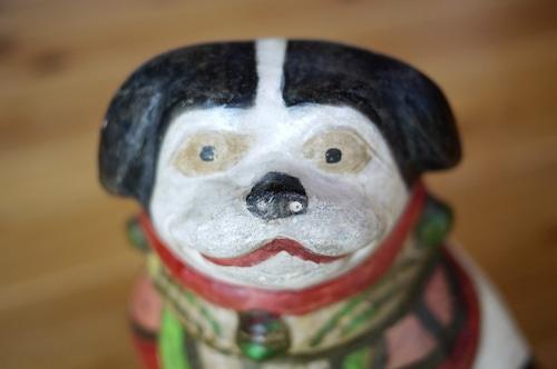 土人形 座り犬 狆 素焼胡粉泥絵具 羽衣前掛け飾り