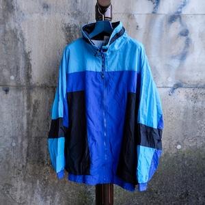 青い切り替えナイロンジャケット