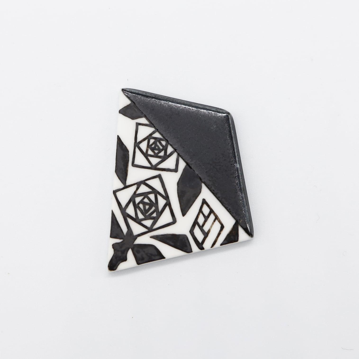 【eb2】マットブラック 薔薇 ブローチ/帯留