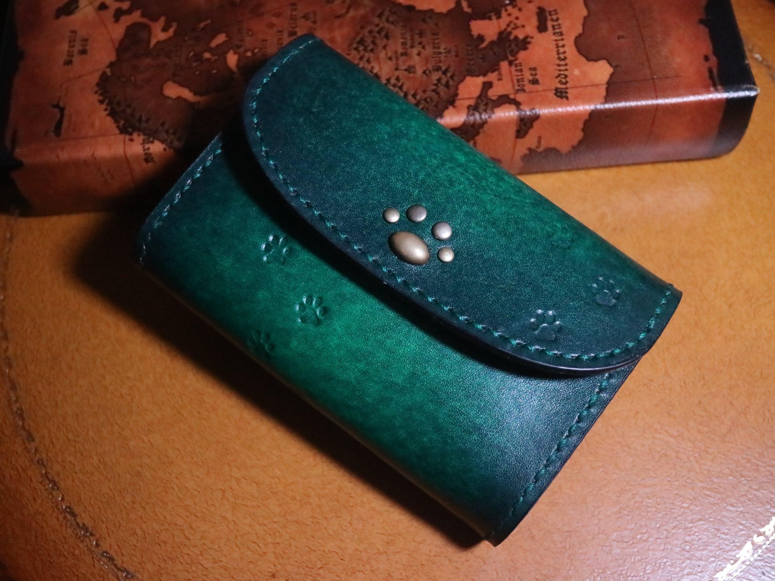 猫の革財布 ミドルサイズ 手染め グリーンアンティーク 猫の肉球エンブレム 全6色