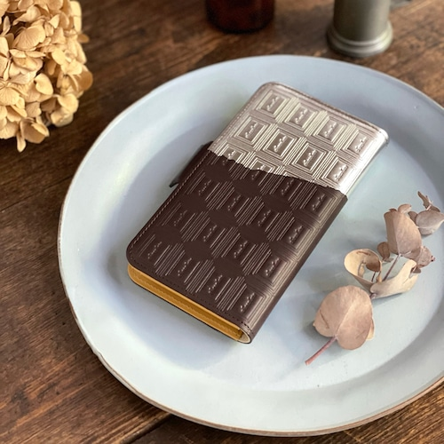 LLサイズ:革のビターチョコ手帳型スマホケース(銀の包み紙)