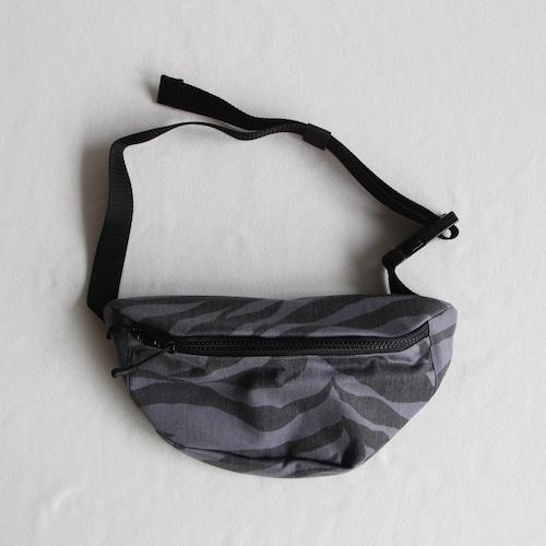 《eLfinFolk 2021SS》zebra body bag / gray