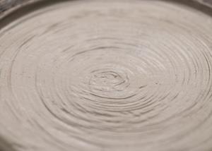 渕荒横彫 リブ8寸皿(信楽焼・リムプレート大皿・粉引)/古谷 浩一