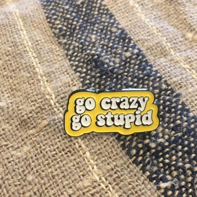TOPANGA Accessory ワードブローチ go crazy go stupid