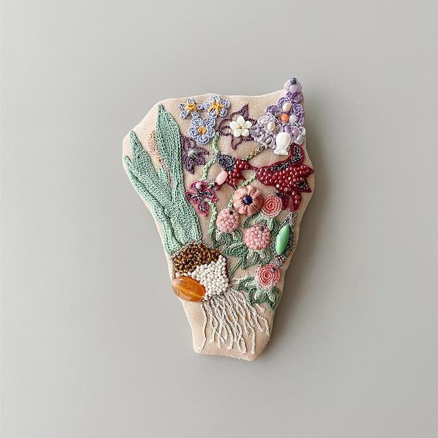 球根花の集合体ブローチ<根っこ付き>