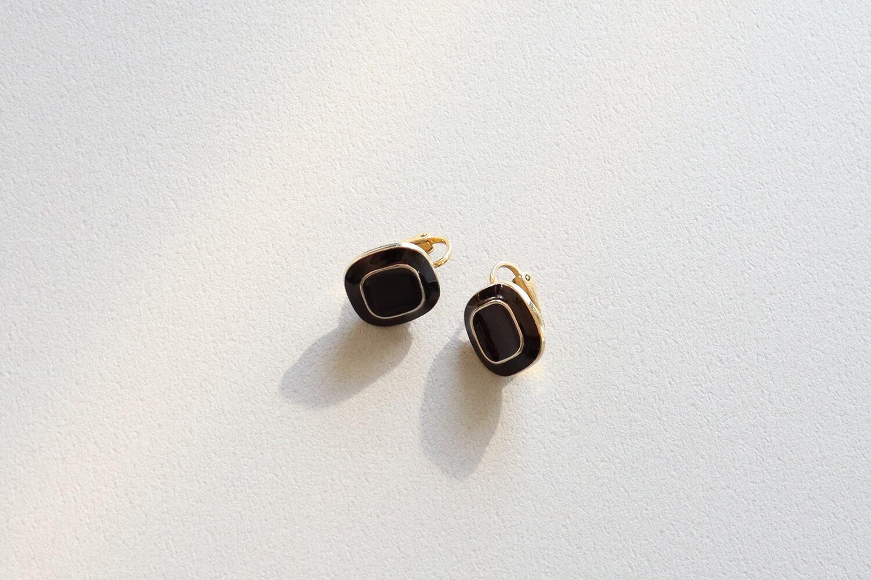 黒 × ゴールドのイヤリング(四角)