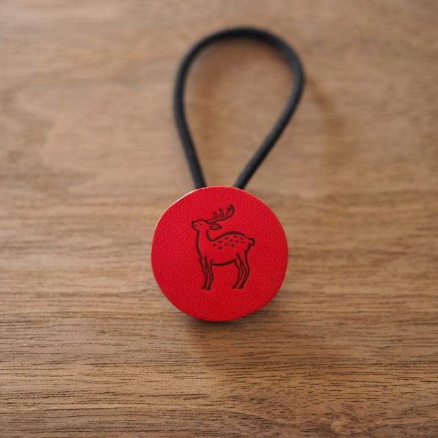 鹿の焼印ボタンゴム「丸」(緋色 / AKE IRO)