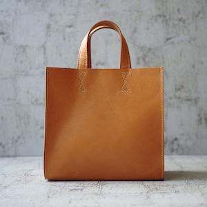 引き算の美学。ステッチが映えるレザーの手提げバッグ