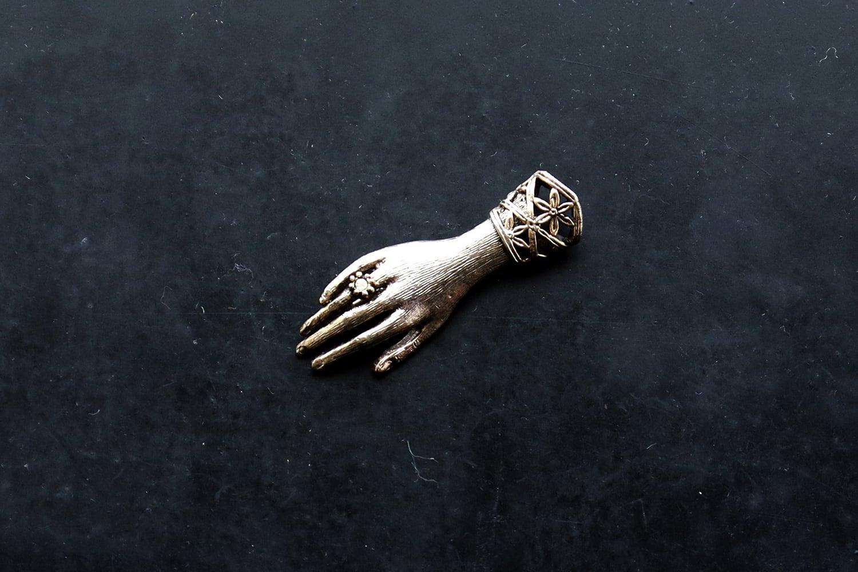 【フランス】右手のブローチ