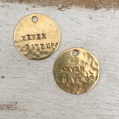 真鍮のペンダント・ラッキーチャーム(NEVER GIVE UP!)(直径約25mm)【ネコポス発送可能】